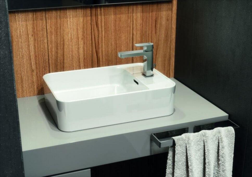 …der Waschtisch mit Aufsatzbecken aus der Kollektion wartet mit kompakten Ausmaßen auf