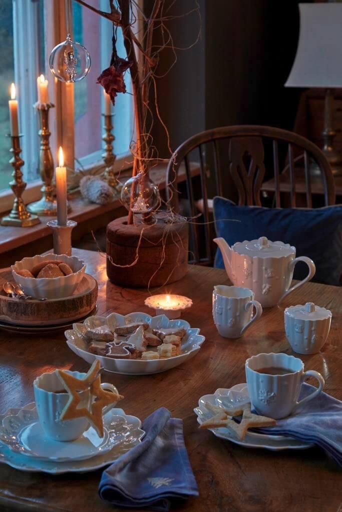 Kaffeetafel festlich zu Weihnachten gedeckt