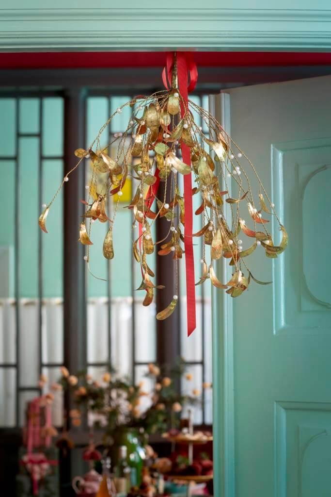 Mistelzweig hängt im Türrahmen zu Weihnachten