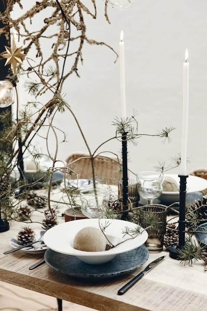 Esstisch festlich zu Weihnachten gedeckt