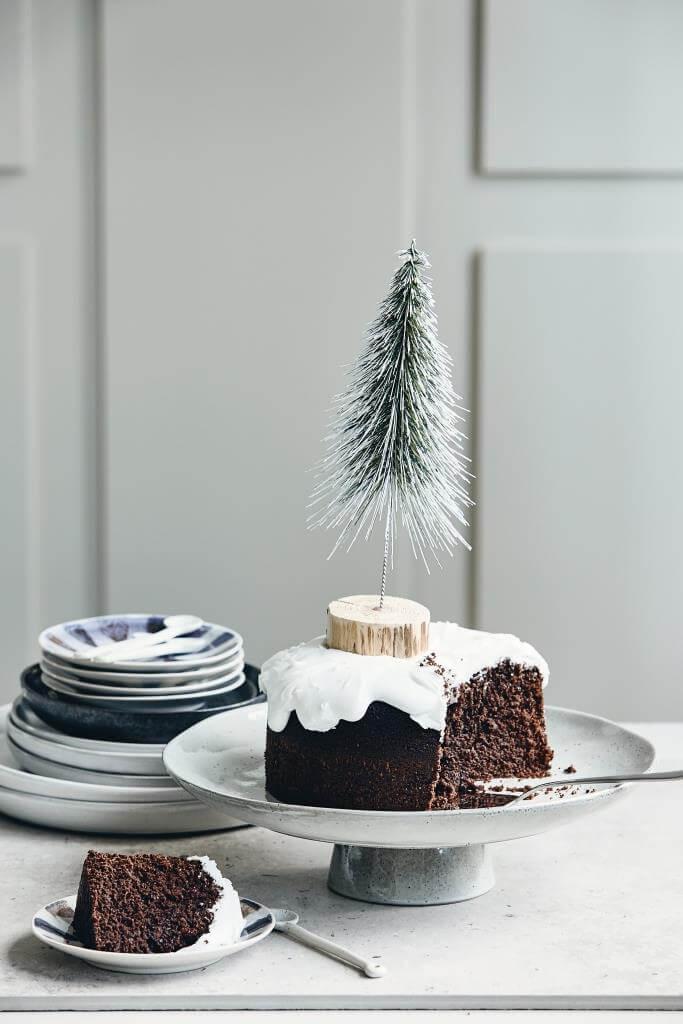 Kuchen festlich zu Weihnachten mit Tanne dekoriert