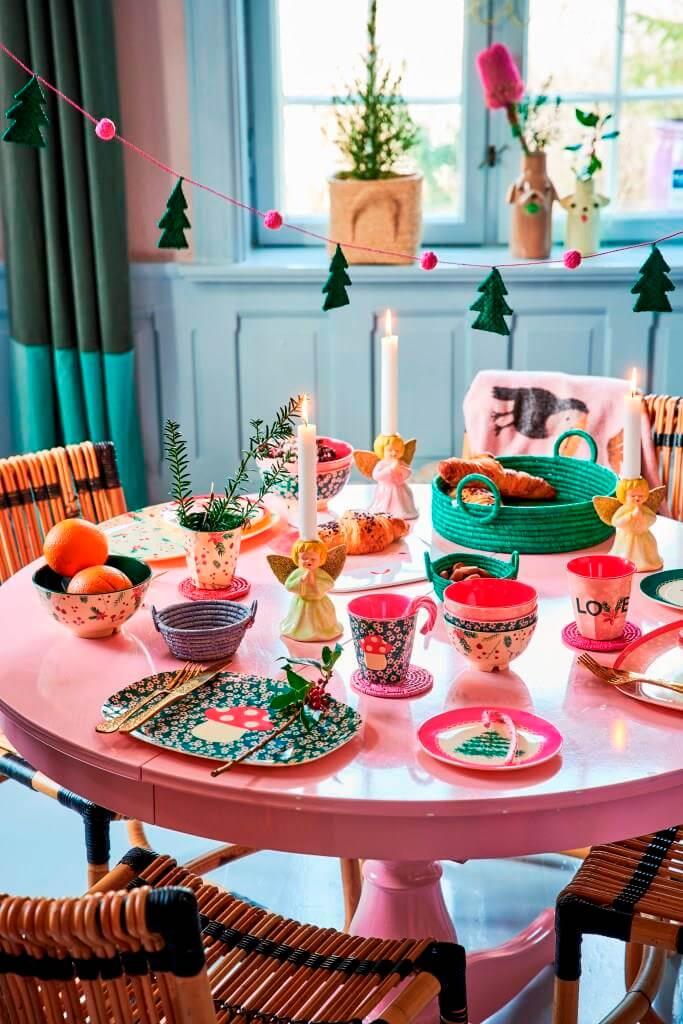 Esstisch mit weihnachtlichem Frühstückstisch gedeckt
