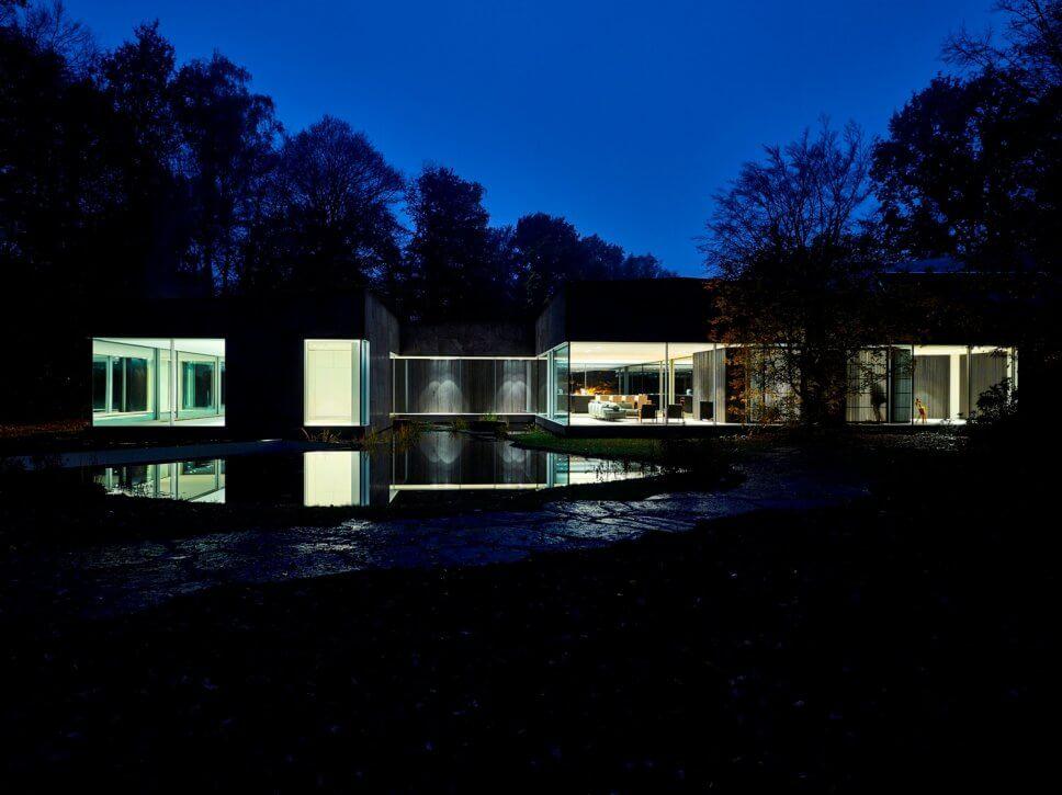 Moderne Villa im Wald bei Nacht