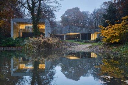 Moderne Villa im Wald mit Teich