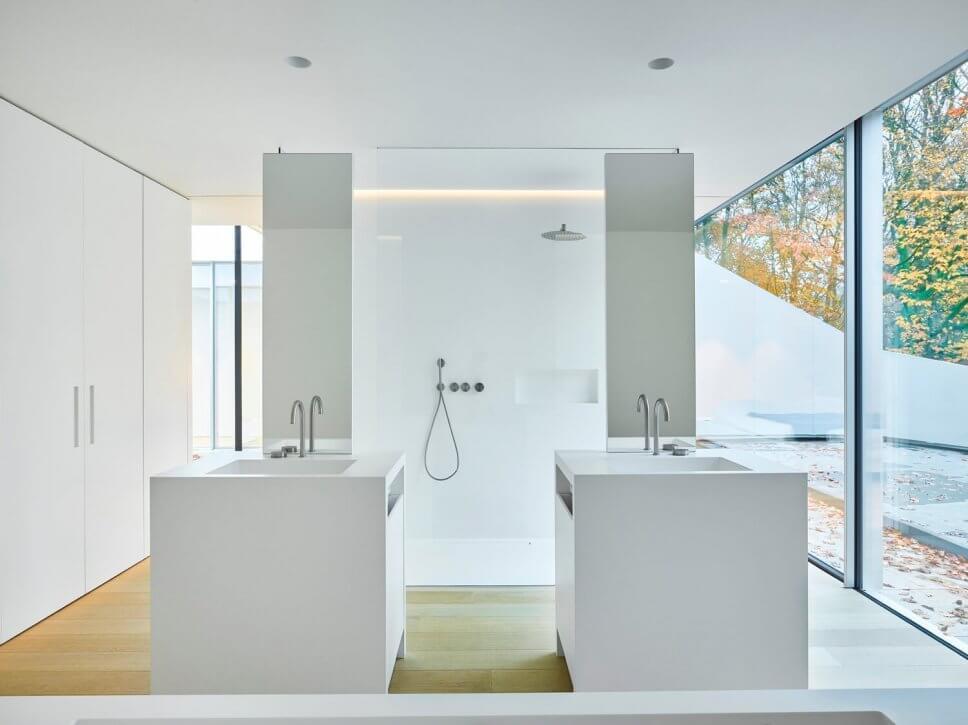 Badezimmer im modernen Haus mit großen Fenstern