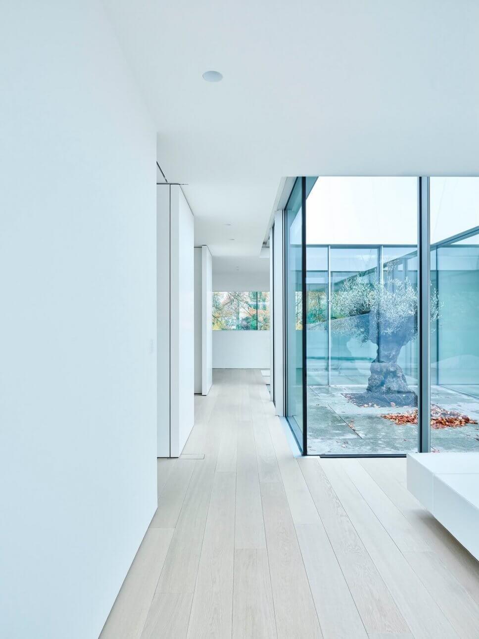 Flur im modernen Haus mit großen Fenstern