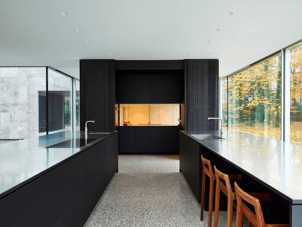 Offene moderne Küche mit großen Fenstern