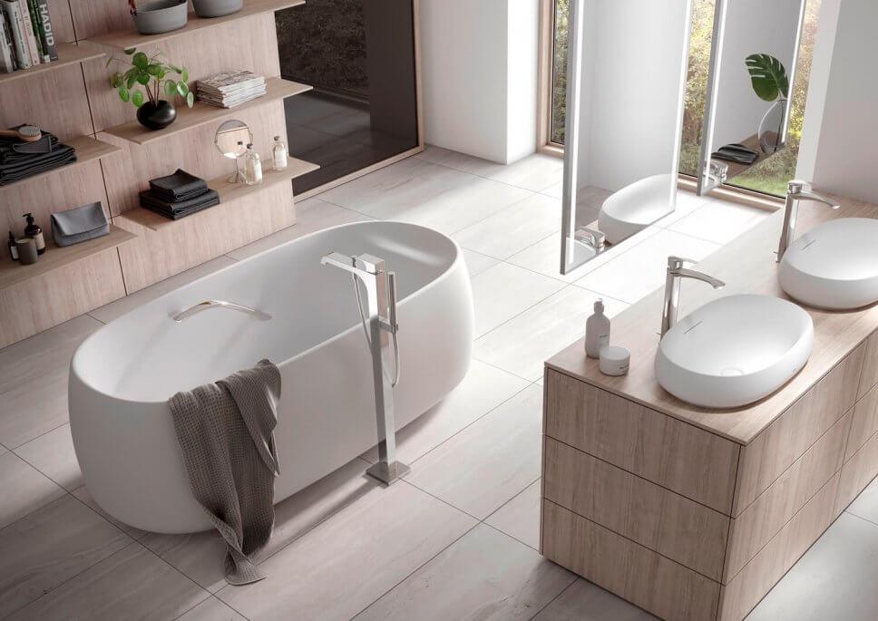 Freistehende Badewanne in modernem Badezimmer