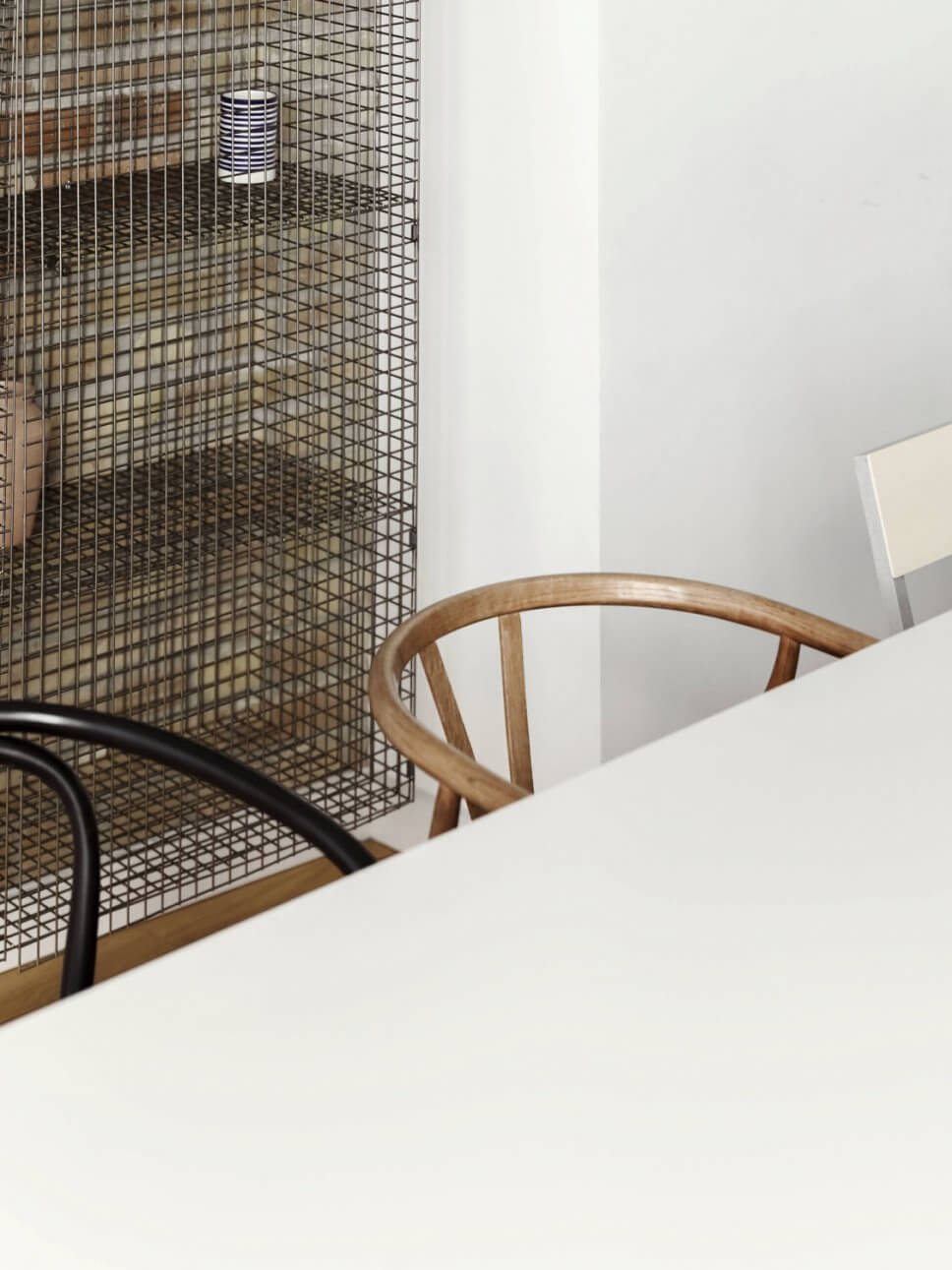 Esstisch mit unterschiedlichen Stühlen