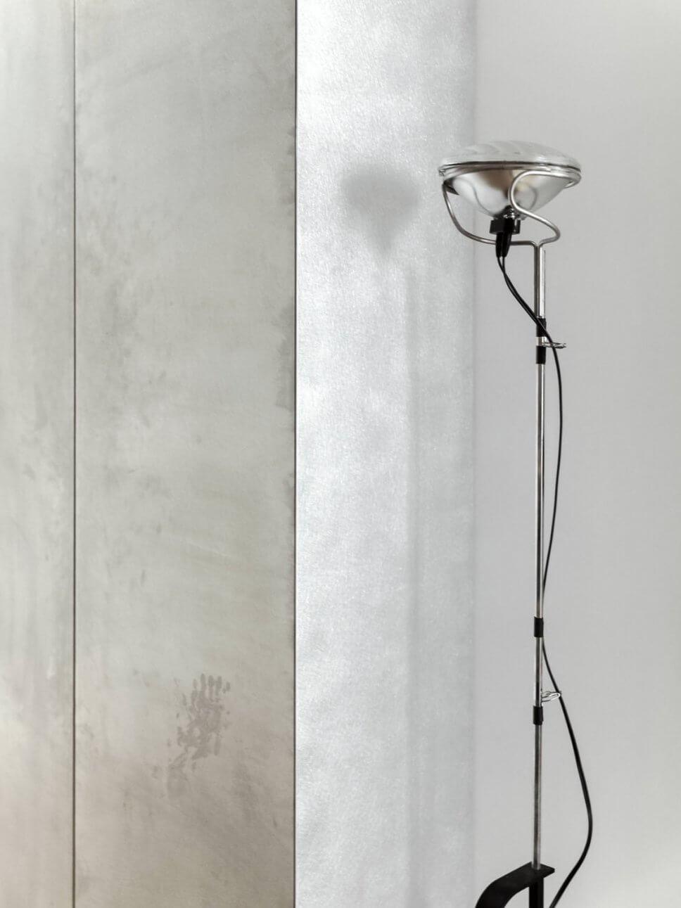 Moderne Stehlampe steht neben Aluminiumschrank