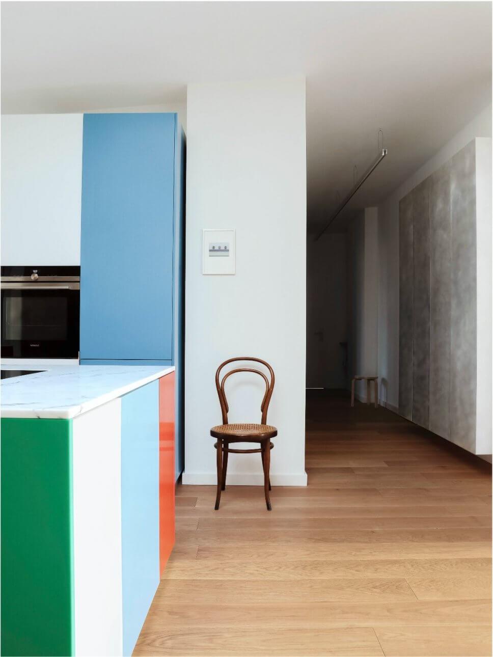 Moderne Küche mit verschieden farbigen Türfronten