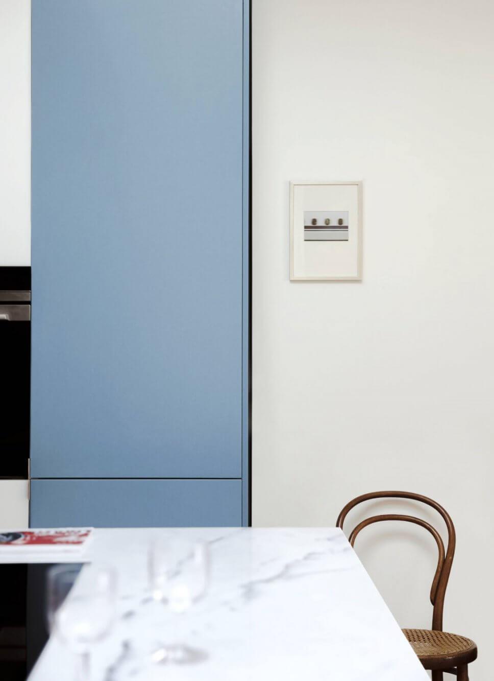 Moderne Küche mit Marmor-Arbeitsplatte