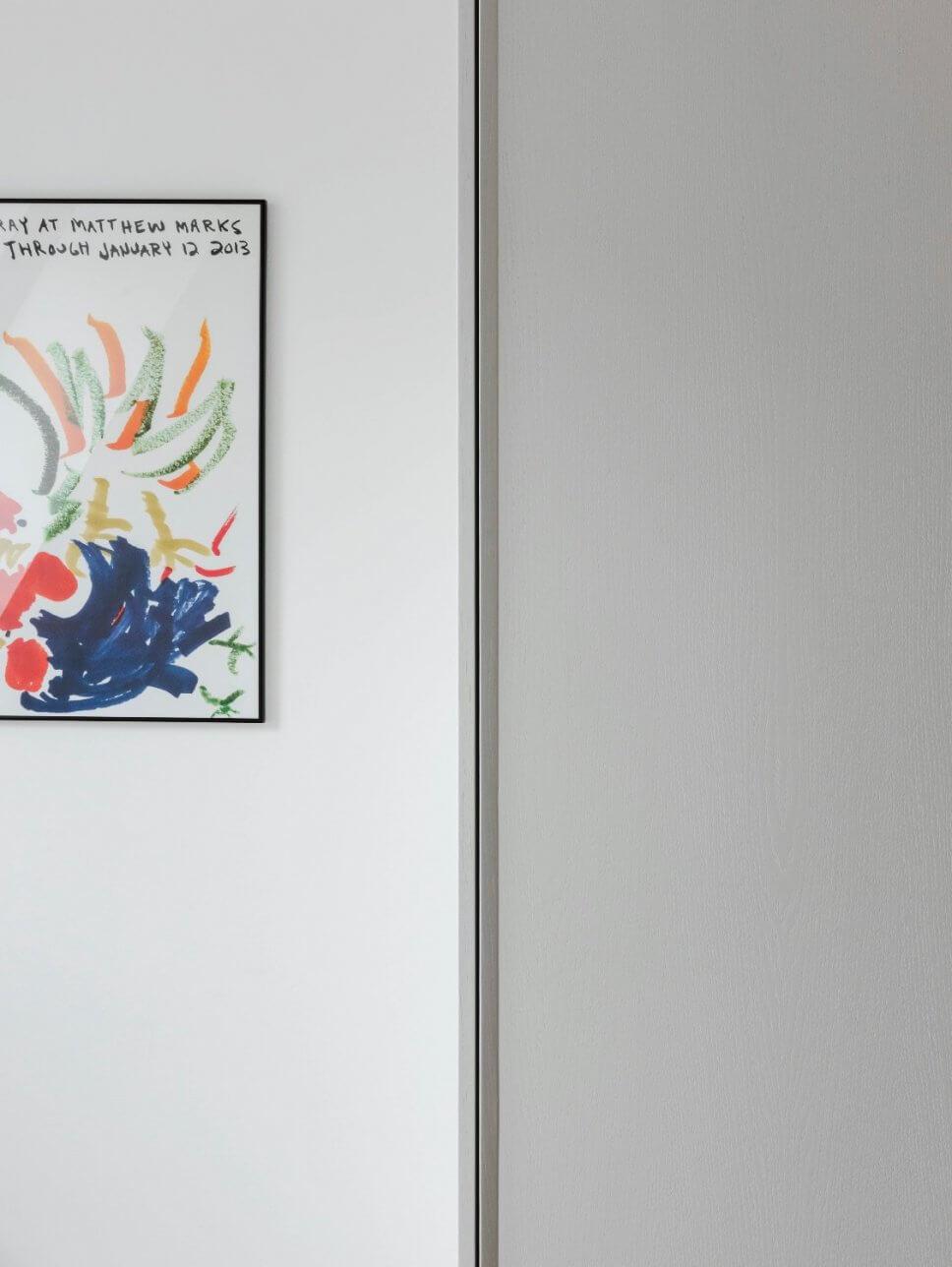 Modernes Kunstwerk hängt neben Kleiderschrank