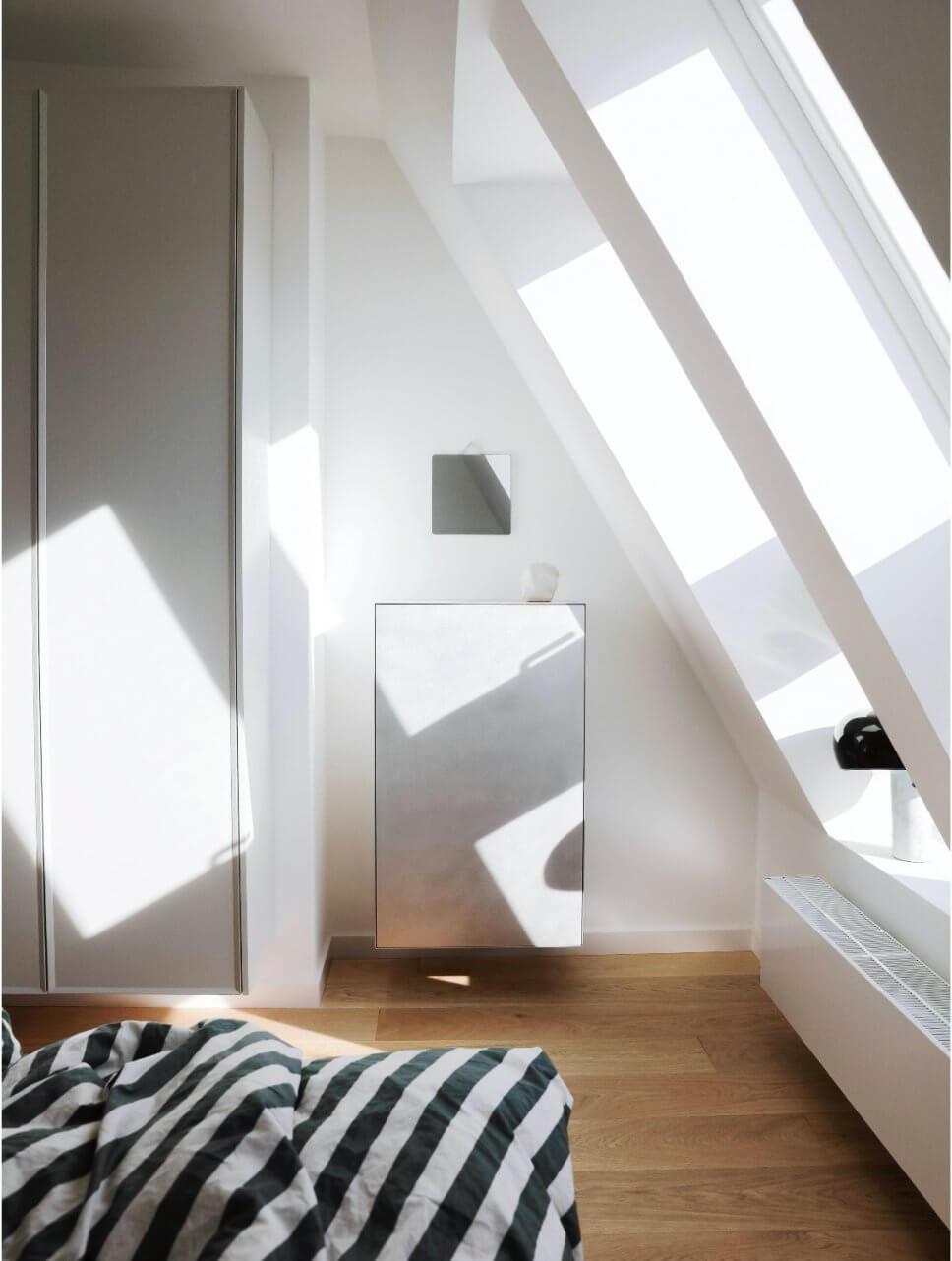 Modernes Schlafzimmer mit Dachschräge, kleinem Schrank und Kleiderschrank