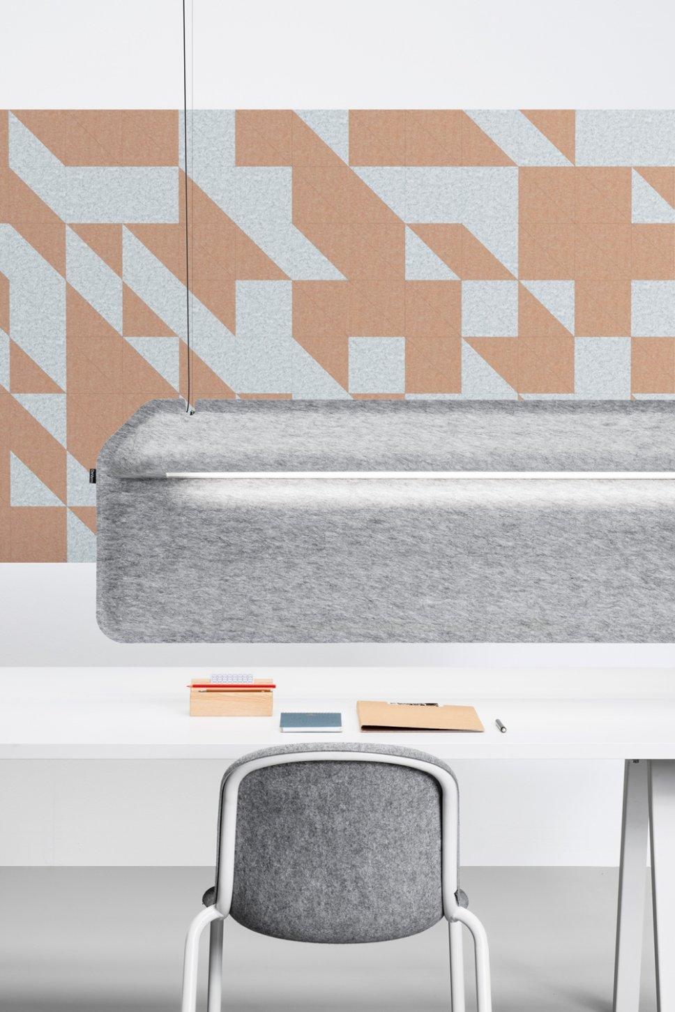 Moderne Pendelleuchte hängt über Schreibtisch