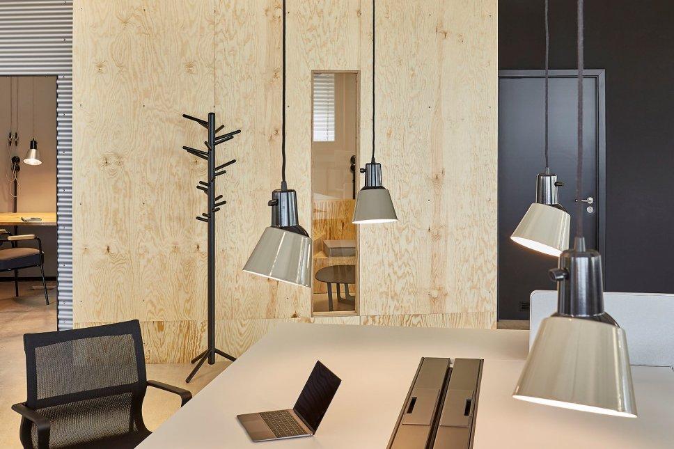 Vier Pendelleuchten hängen über Schreibtisch