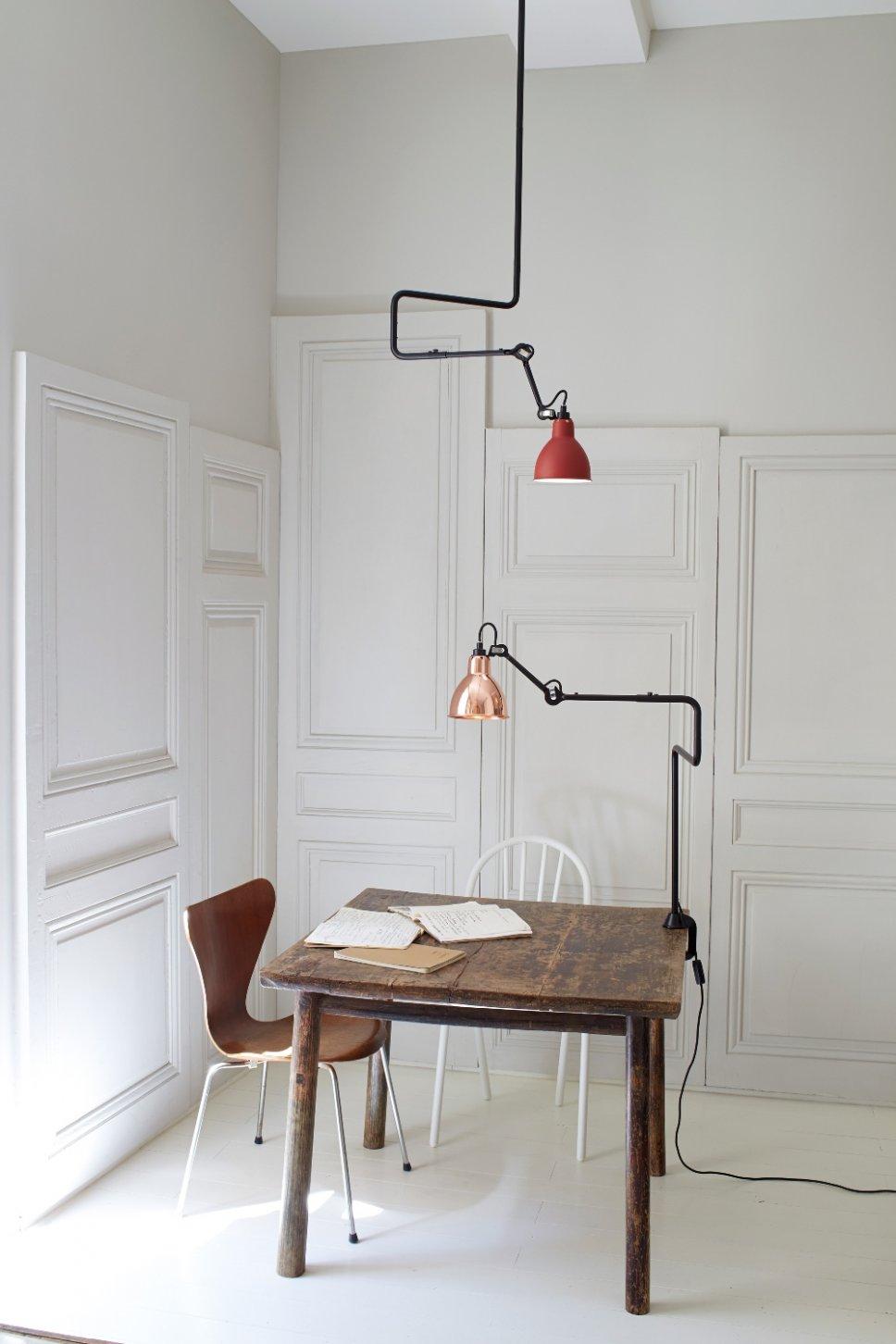 Tischleuchte klemmt am Schreibtisch