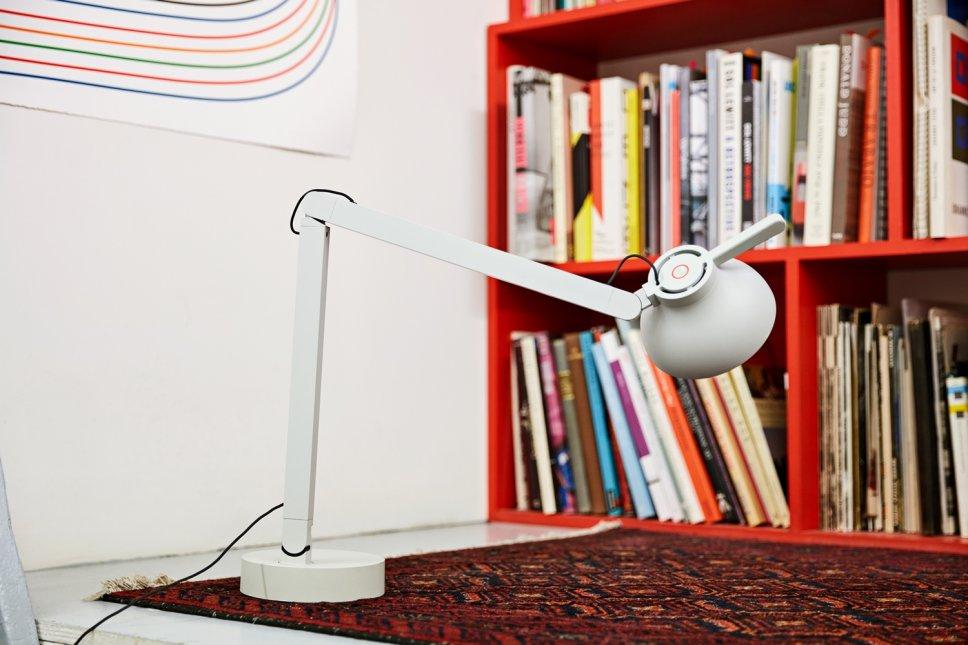Moderne Tischleuchte steht auf Schreibtisch
