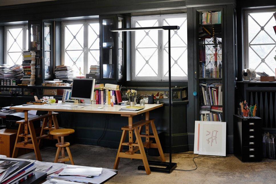 Moderne Stehleuchte steht neben Schreibtisch