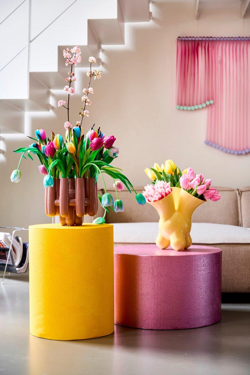 Moderner Wohnraum mit ausgefallenen Vasen, gefüllt mit Tulpen
