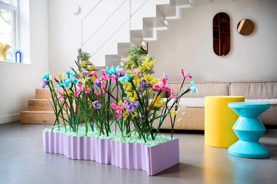 Moderner Wohnraum mit lila Blumenkasten gefüllt mit Iris