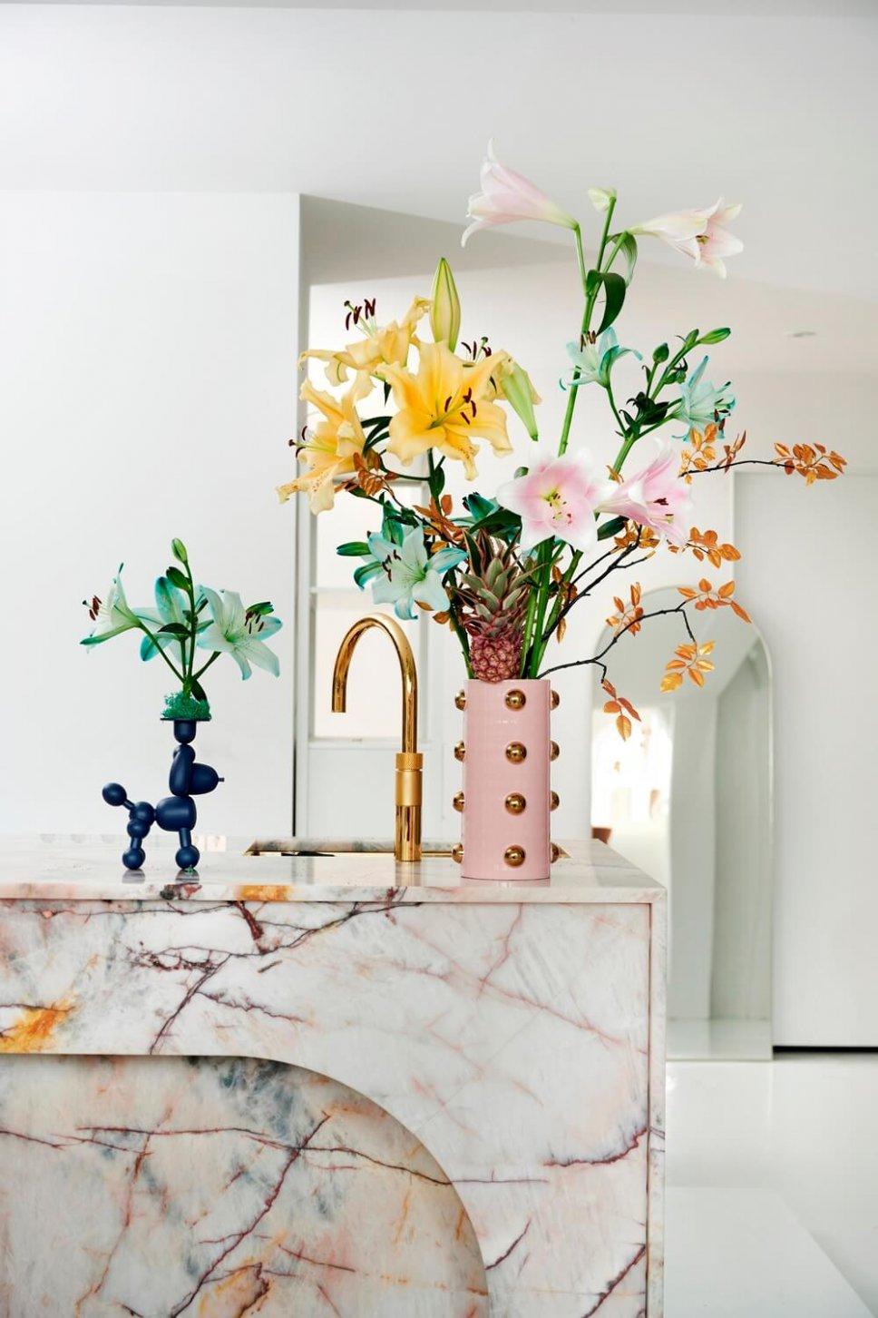Moderne Küche mit ausgefallenen Vasen, gefüllt mit Lilie