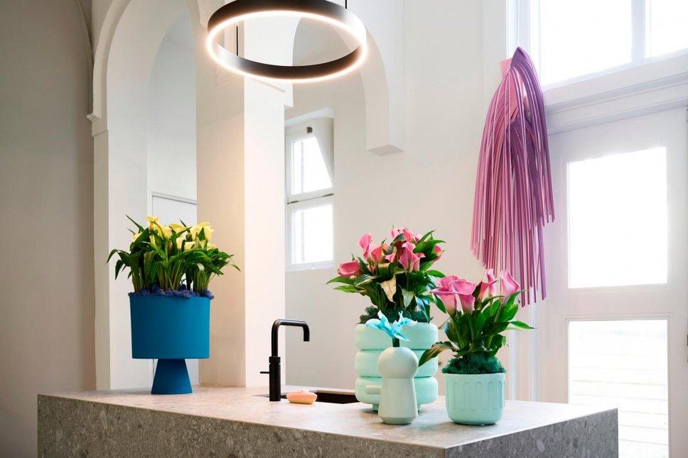 Moderner Badezimmer mit blauen Blumentöpfen, gefüllt mit Calla