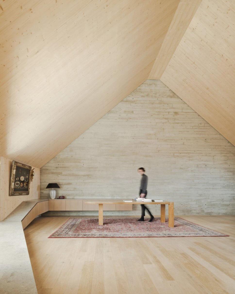 Moderner Wohnraum im Dachgeschoss mit Sichtbetonwand