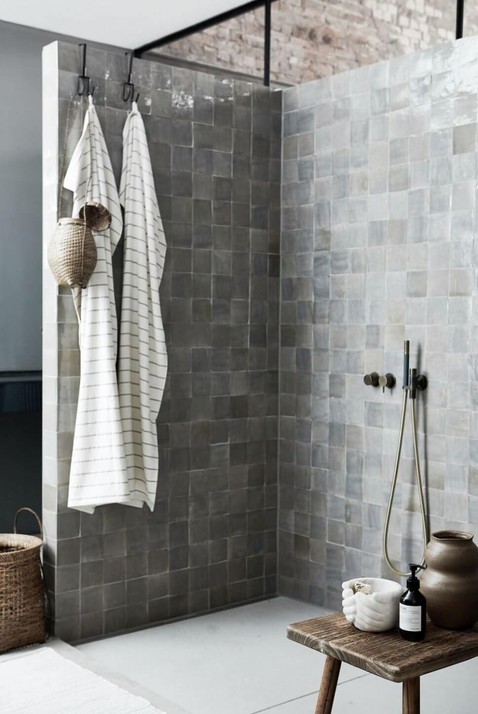 Offene Dusche mit grauen Fliesen