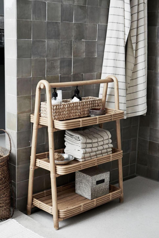 Kleines Bambusregal in offener Dusche mit grauen Fliesen