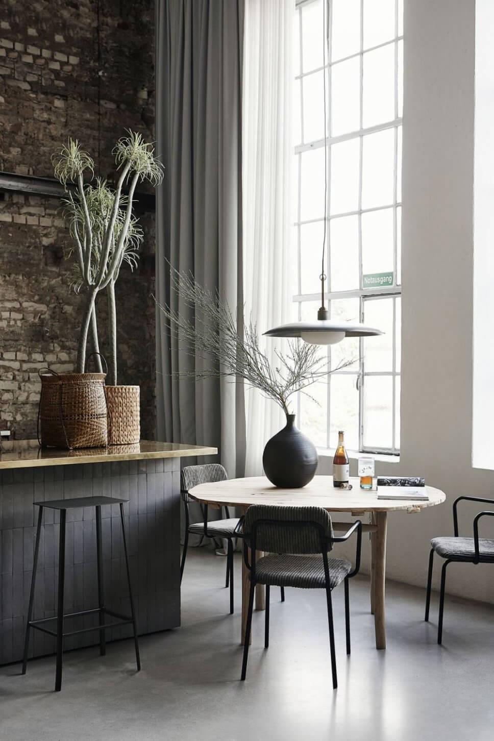 Esstisch mit Stühlen im Industrieloft