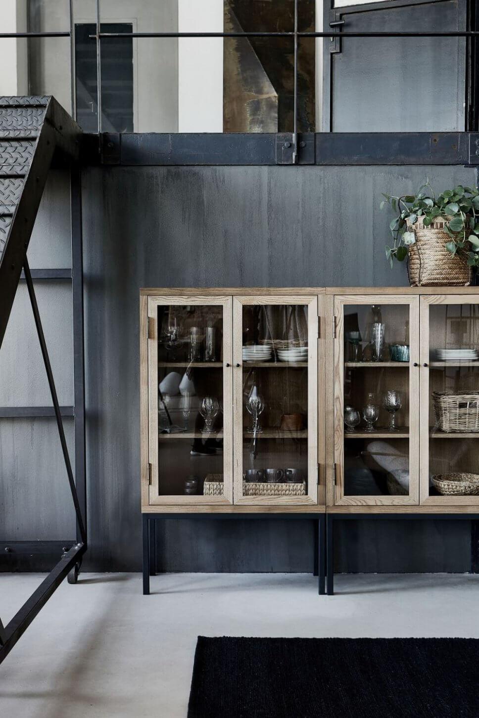 Holzvitrine mit Geschirr im Industrieloft