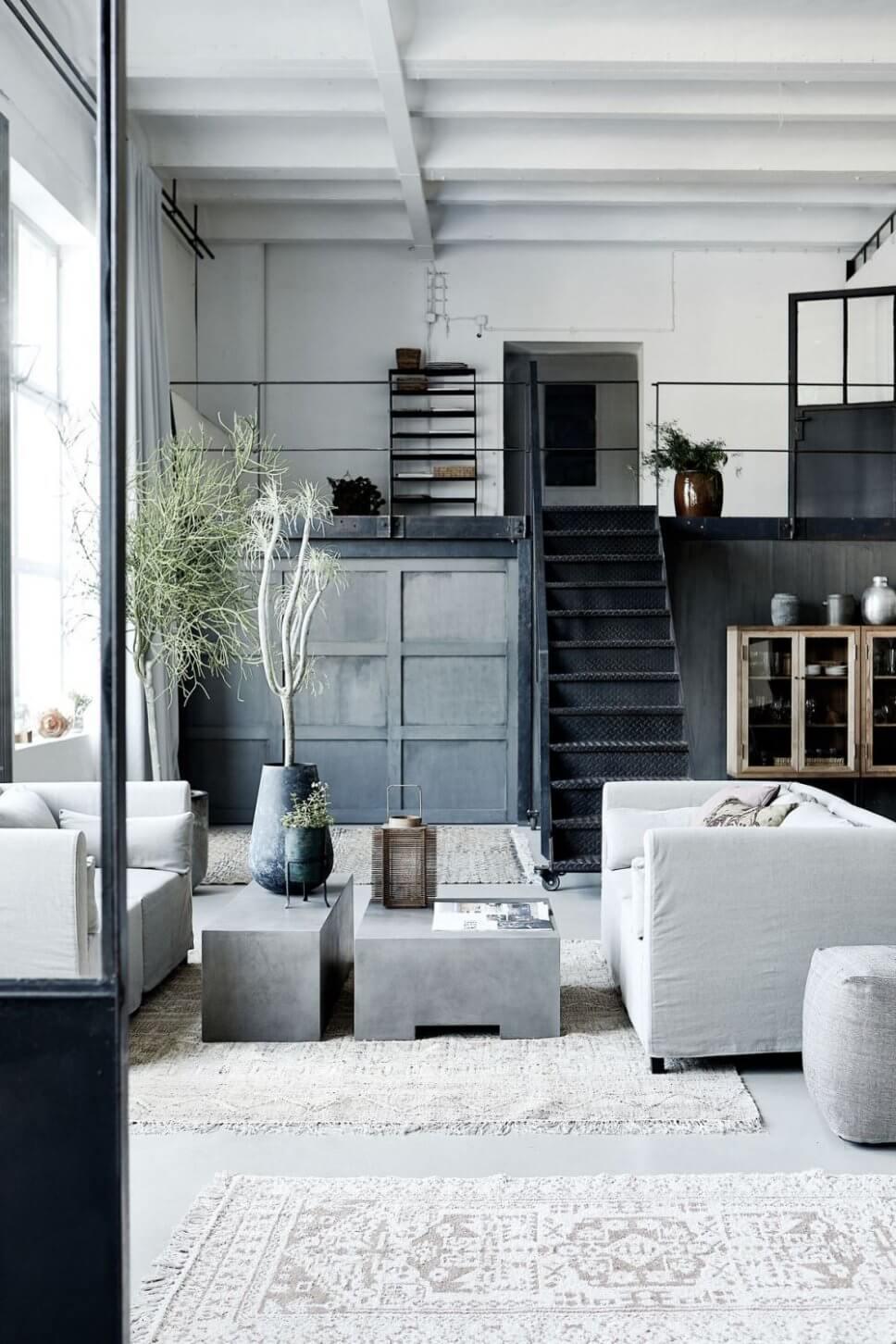Sofas und Coffeetable im Industrieloft