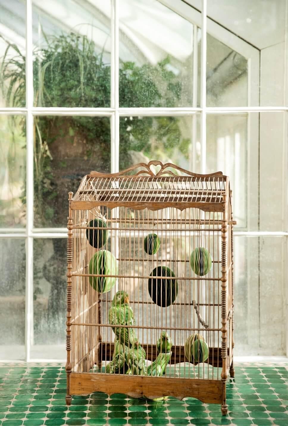 Honeycomb-Ostereier hängen in einem Vogelkäfig aus Holz
