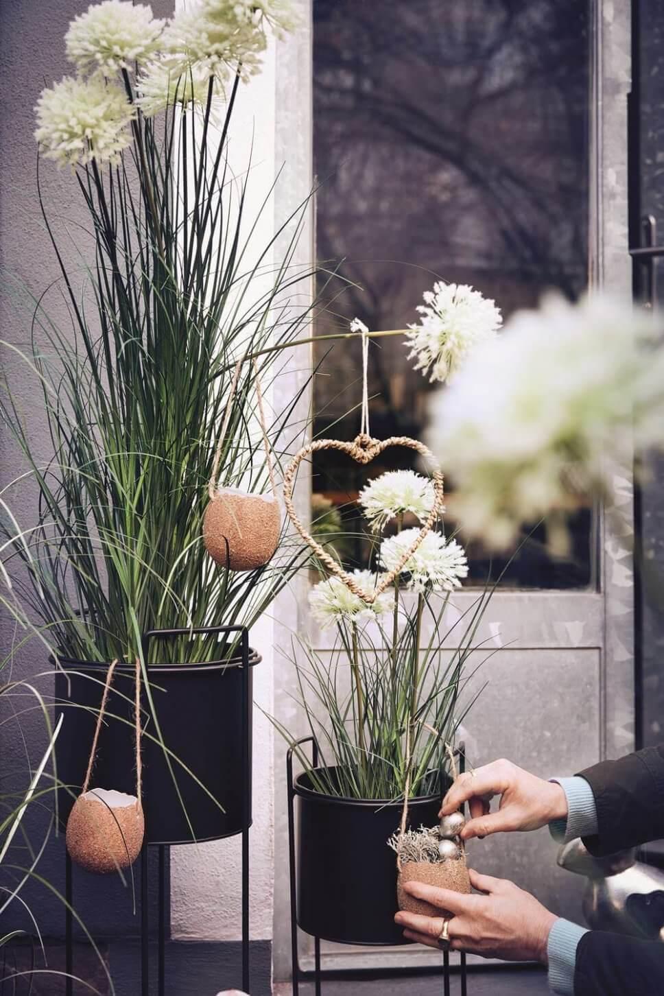 Österlich dekorierte Gräser