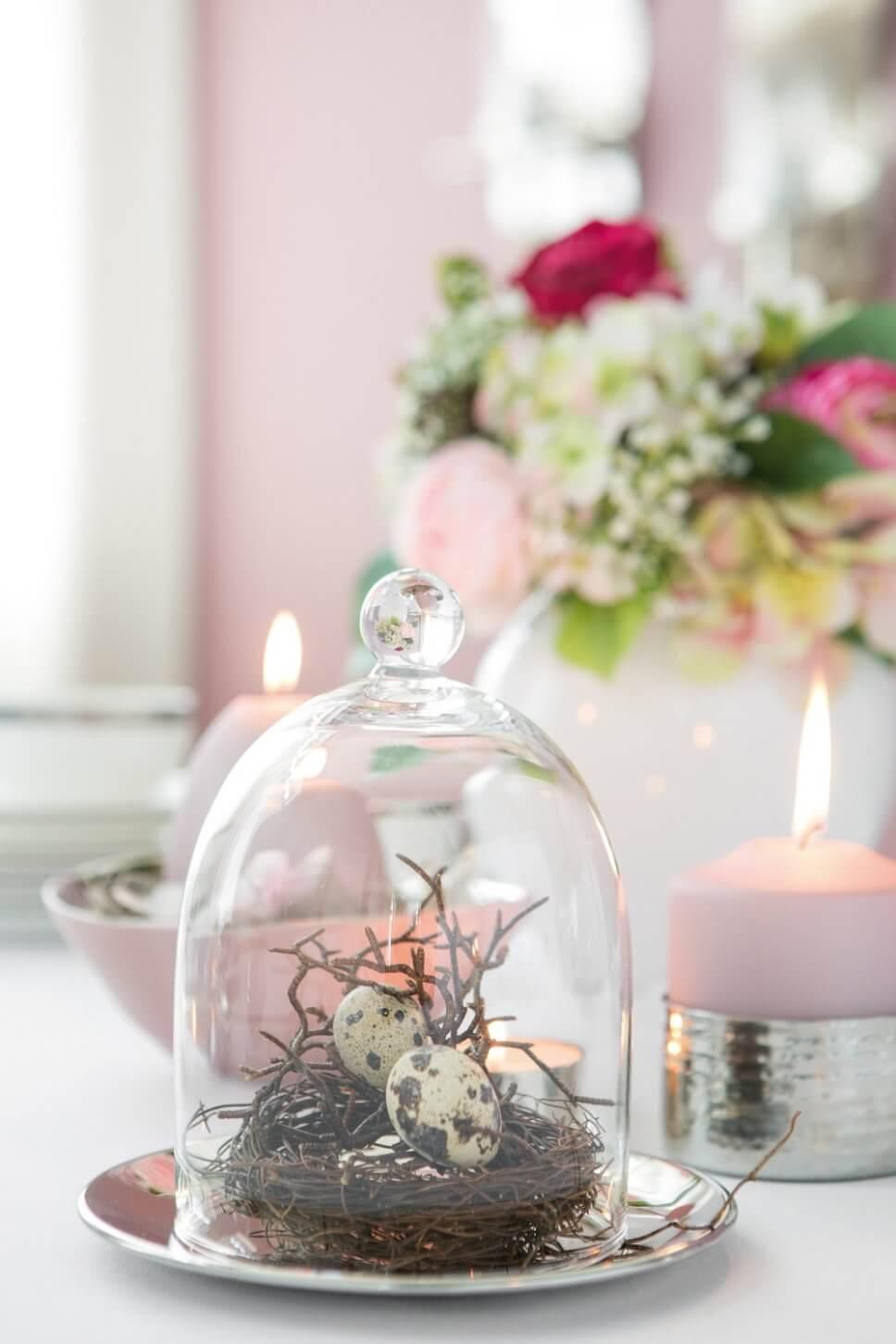 Österlich dekorierter Tisch mit rosa Kerzen