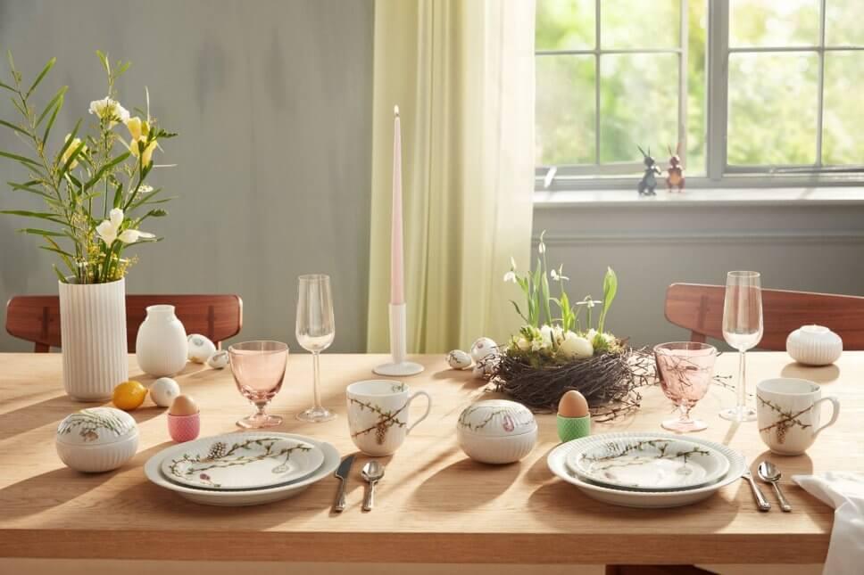 Festlich gedeckter Tisch mit Oster- und Frühlingsdeko