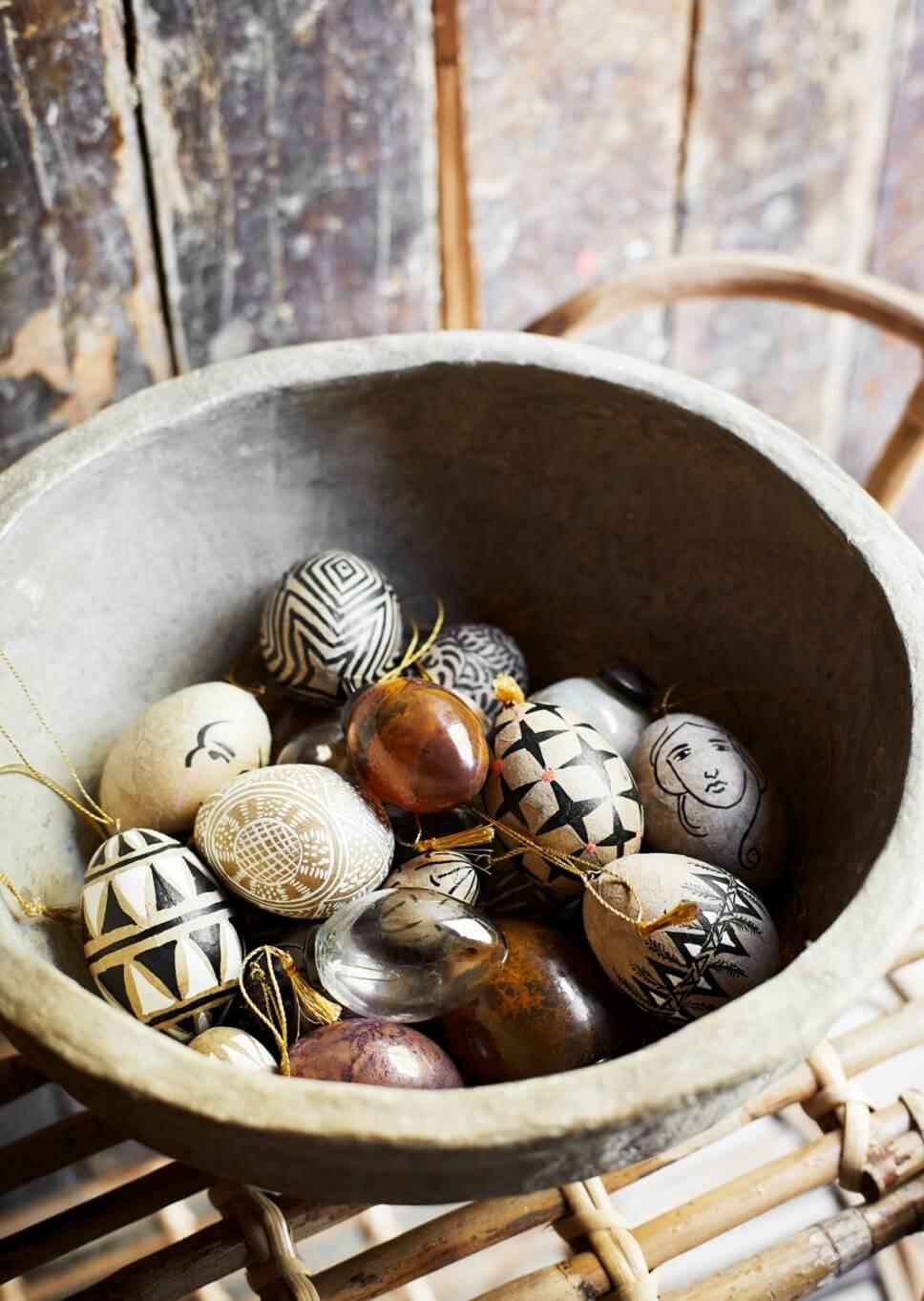 Ostereier liegen in Keramikschale