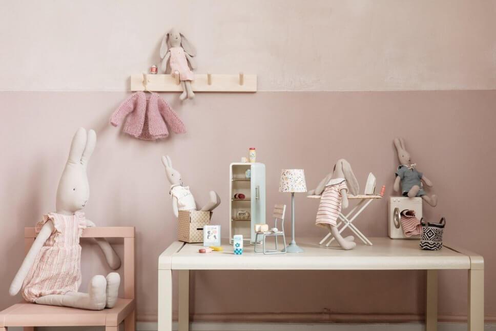 Osterhasen aus Stoff auf Tisch mit Puppenhausmöbeln