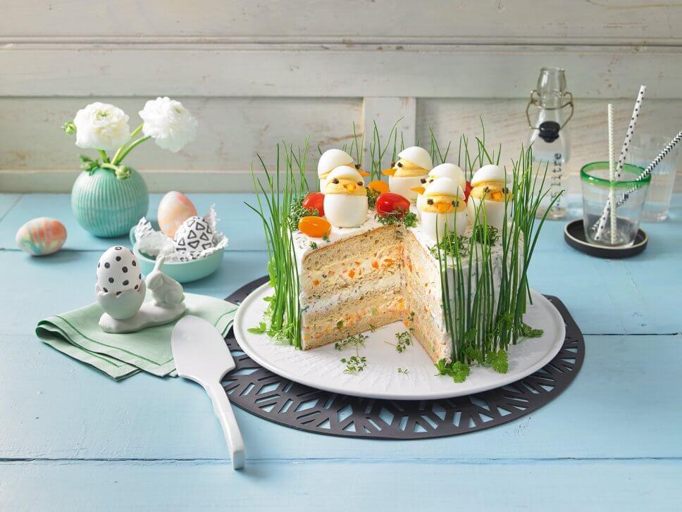 Torte mit Kükeneideko und Schnittlauchkleid auf Tisch mit Oster- und Frühlingsdeko