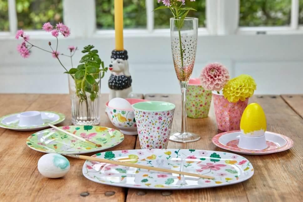 Österlich dekorierter Tisch mit buntem Geschirr