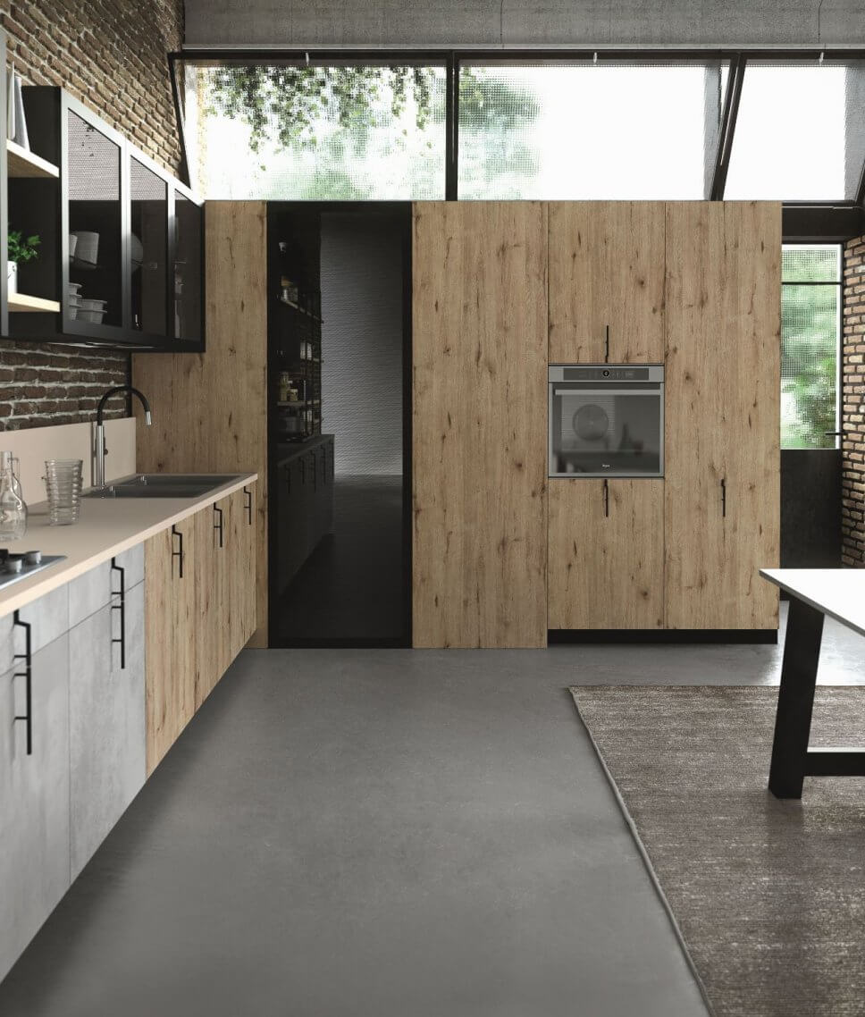 Moderne offene Küche als Raum im Raum-Konzept mit integrierter Speisekammer