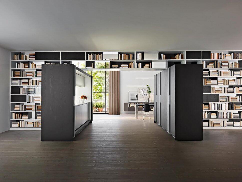 Moderne offene Küche als Raum im Raum-Konzept mit integrierter Speisekammer und Esstisch