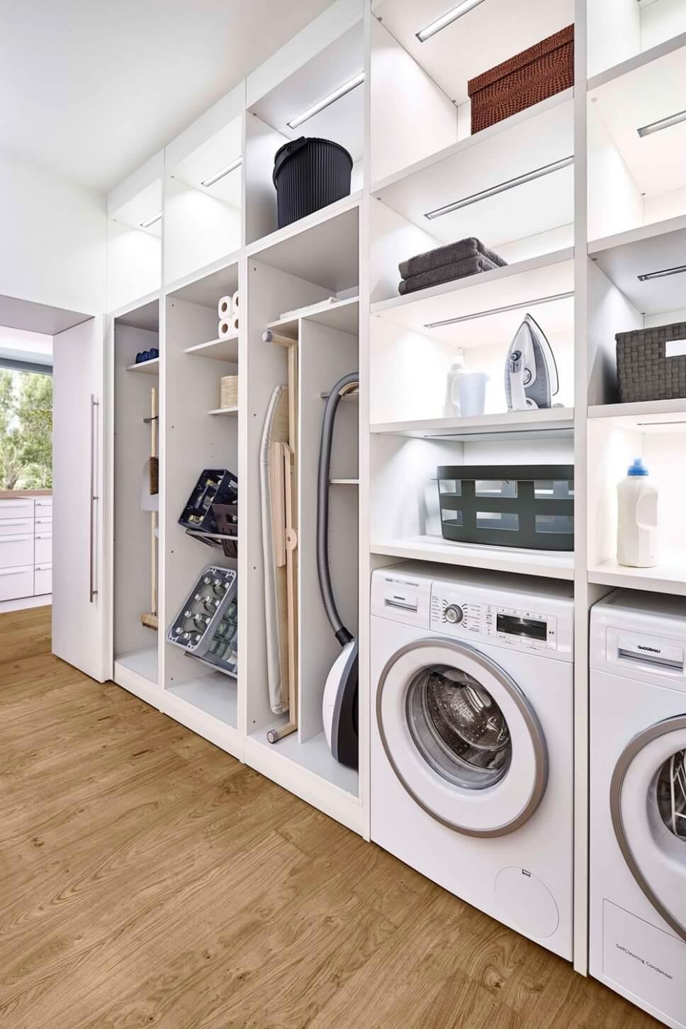 Moderne Speisekammer / Haushaltsraum mit Waschmaschine und Regalen