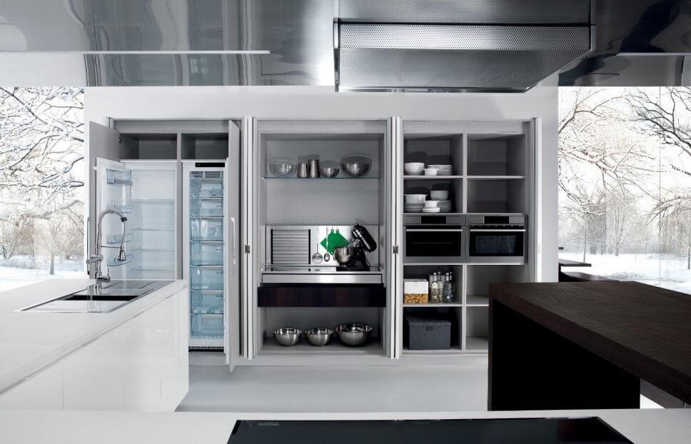 Moderne offene Küche mit Kochbereich hinter geöffneten Falttüren, Kücheninsel und Esstheke