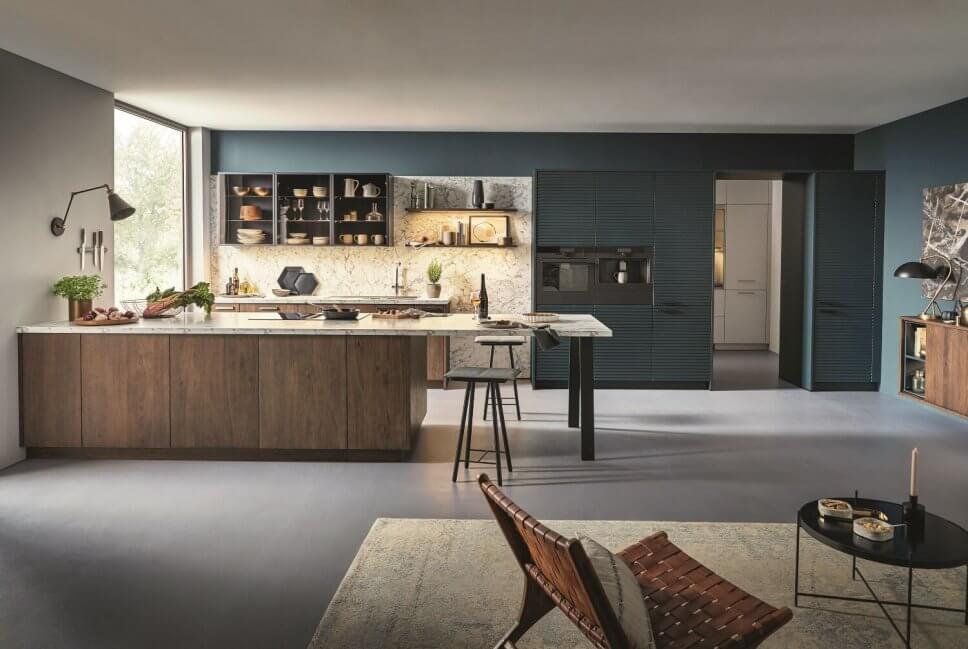 Moderne offene Küche als Raum im Raum-Konzept mit integrierter Speisekammer, Kücheninsel und Couchtisch