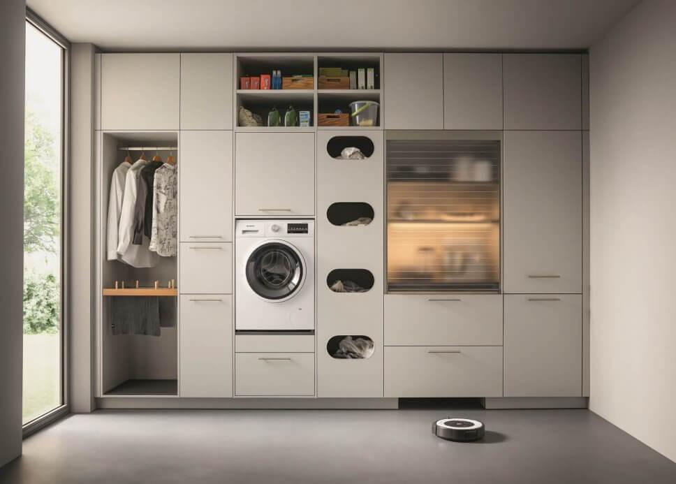 Moderne Speisekammer / Haushaltsraum mit Waschmaschine, Regalen und Schubladen