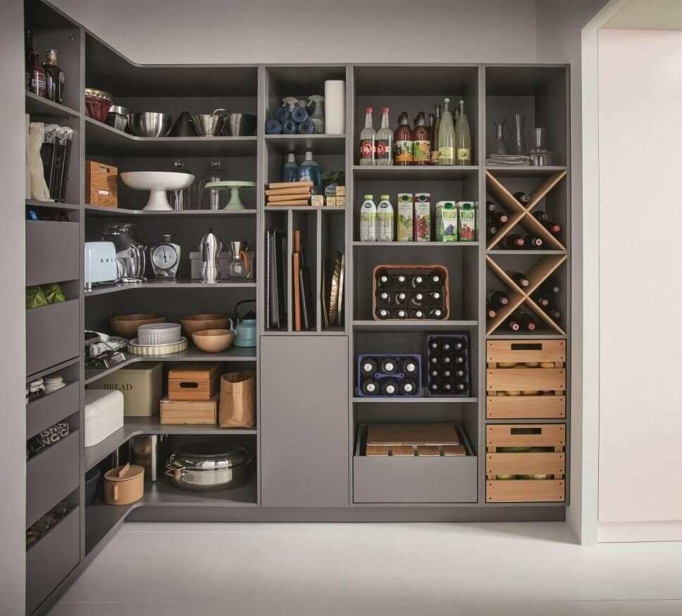 Moderne Speisekammer mit Regalen und Schubladen
