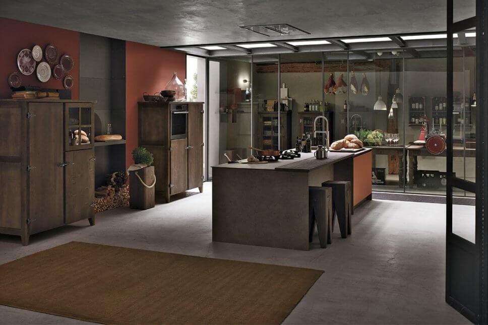 Offene Landhaus-Küche mit großer Speisekammer hinter Glaswand, Kücheninsel und Esstheke