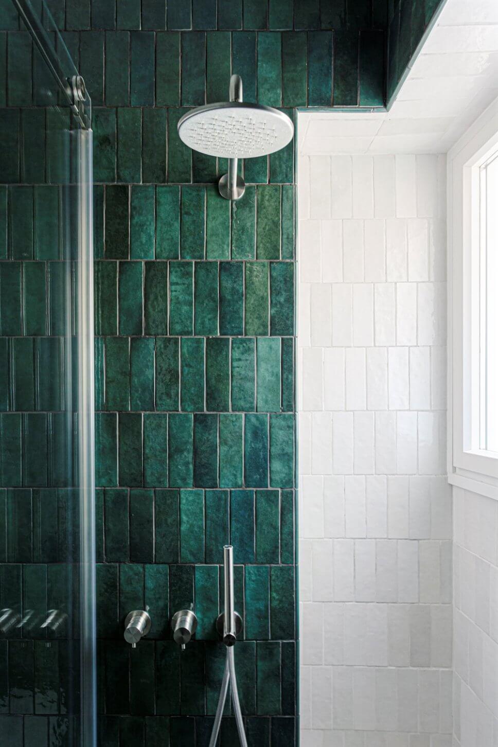 Großes Modernes Duschbad mit offener Dusche, grünen Fliesen, Keramikfliesen, grüner Wandfarbe, Marmorboden und offener Dusche in Mailand